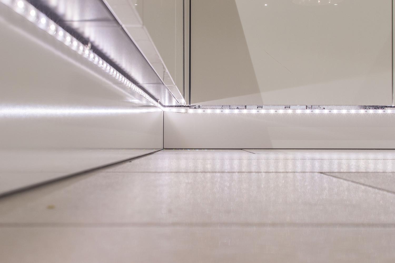 zo zit er in het plafond de keukenkast en aan de onderkant van de keuken verlichting de stopcontacten zijn mooi verwerkt in de keuken